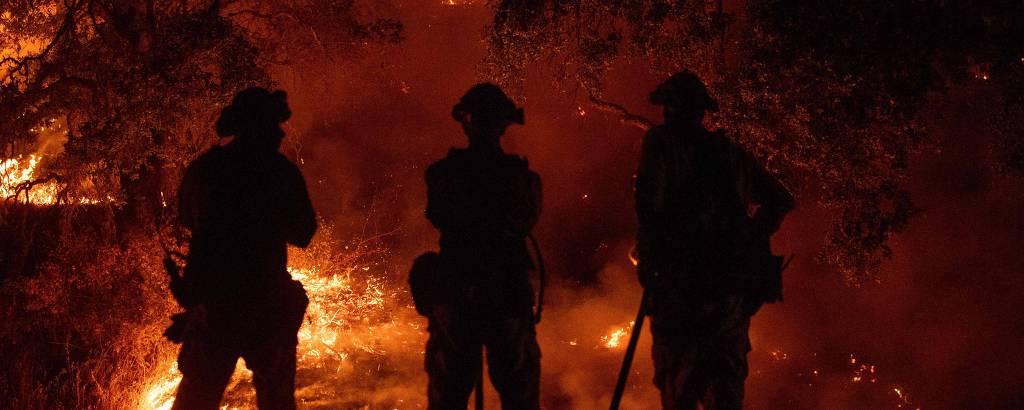 Bombeiros assistem ao incêndio batizado de Mendocino Complex, que atinge a Califórnia desde o dia 27