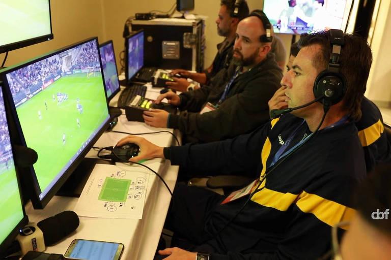 Assistentes de vídeo olham monitores durante teste em jogo do Campeonato Brasileiro