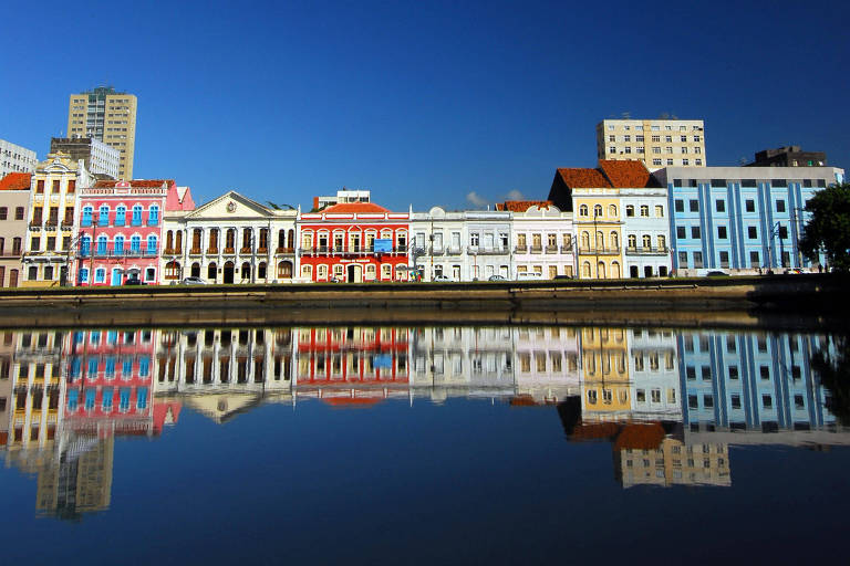 Casas refletidas no rio Capibaribe, no Recife