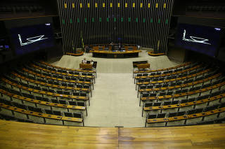 Plenário da Câmara com poucos deputados durante Comissão Geral