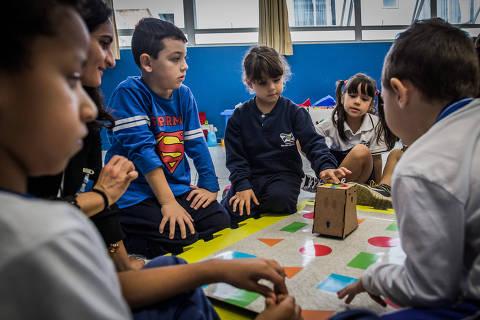 BALNEÁRIO CAMBURIÚ, SC, BRASIL, 25-05-2017: A rede pública de Balneário Camboriú é a primeira do país a adotar robozinhos interativos, desenvolvidos pela universidade local, para auxiliar no desenvolvimento motor, cognitivo e de interação das crianças. Na foto, crianças do Núcleo de Educação Infantil Carrosel, recebem o robô em um evento com a presença da imprensa e convidados. (Foto: Bruno Santos/ Folhapress) *** FSP-COTIDIANO *** EXCLUSIVO FOLHA***
