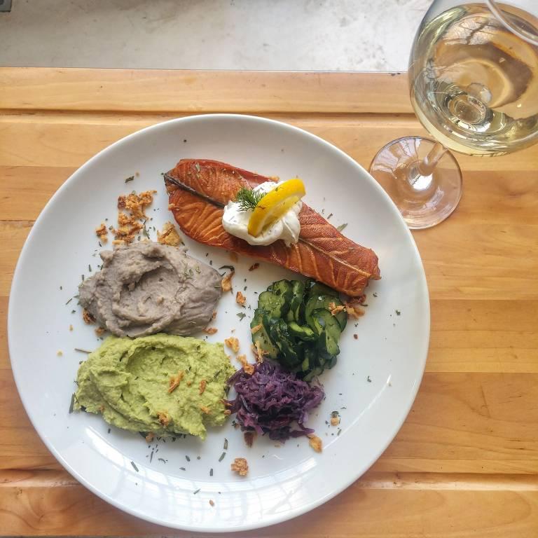 Curado e defumado, salmão é um dos itens que está sempre no menu do Escandinavo