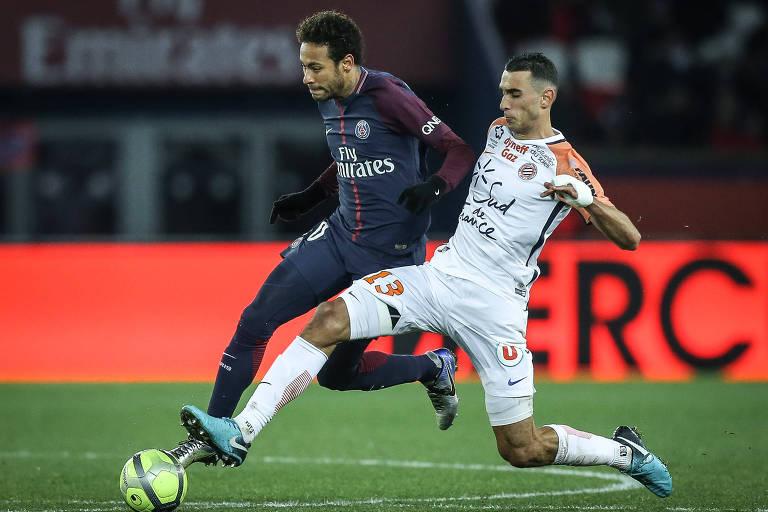 O brasileiro Neymar disputa a bola, com os pés, com um adversário