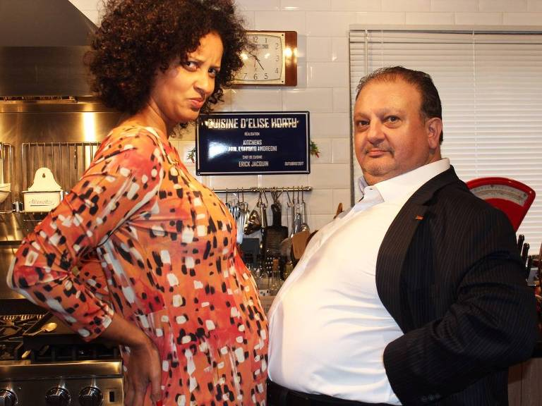 mulher grávida ao lado de homem