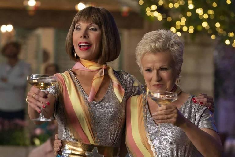 """Christine Baranski e Julie Walters em cena de """"Mamma Mia! Lá Vamos Nós de Novo"""""""