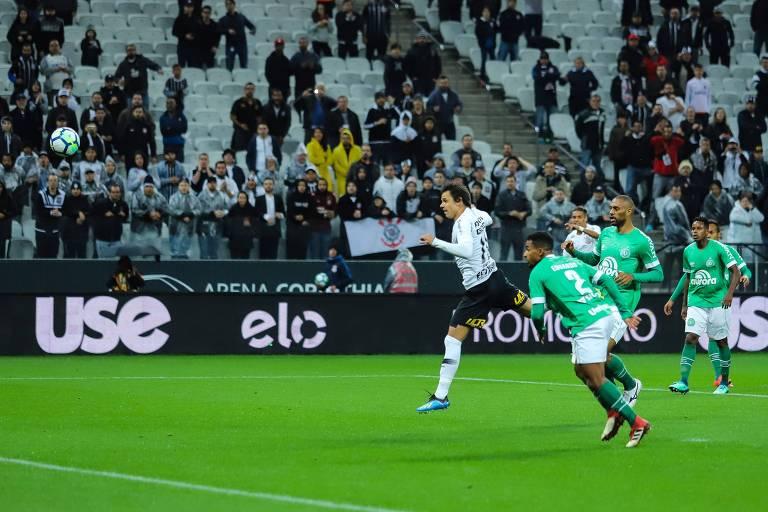Romero no lance do gol do Corinthians contra a Chapecoense, pelas quartas da Copa do Brasil