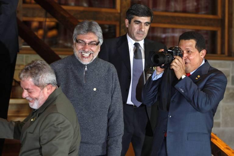 Os então presidentes Luiz Inácio Lula da Silva, Fernando Lugo (Paraguai) e Hugo Chávez (Venezuela, com a câmera) durante reunião da Unasul em Bariloche (Argentina), em 2009