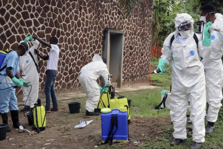 Em imagem de maio, técnicos de saúde trabalham do lado de fora de hospital em Mbandaka, na região onde ocorreu o surto anterior de ebola