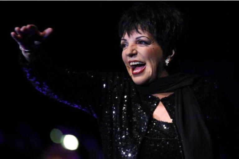 Cantora Liza Minnelli durante apresentação em Frankfurt, Alemanha