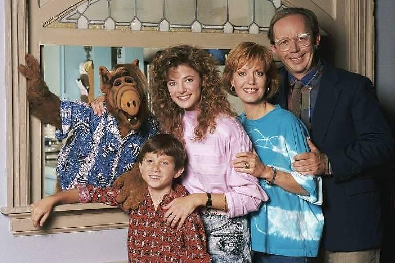 """Elenco da série """"Alf, o Eteimoso"""", com o boneco do personagem principal"""