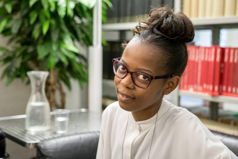 A escritora Rutendo Tavengerwei, do Zimbábue, fala ao público no evento Vozes da África