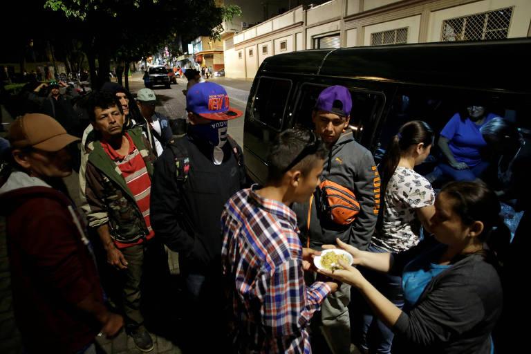 Refugiados nicaraguenses recebem alimentação em San José, na Costa Rica