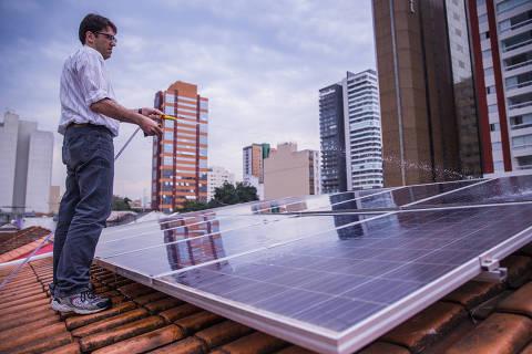 SAO PAULO, SP, BRASIL. 09.08.16, 15H: Tasso Azevedo tem uma casa em Pinheiros toda sustentavel com painel solar, captação de agua de chuva, madeira certificada, lampada LED, sistema eletrico no lugar de gas. Foto das placas de energia solar. (Foto: Marcus Leoni/Folhapress, ESPECIAIS) ****EXCLUSIVO FOLHA****