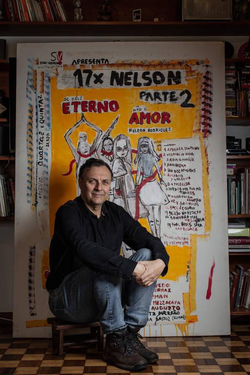 "O diretor Nelson Baskerville com cartaz de ""17 x Nelson"""