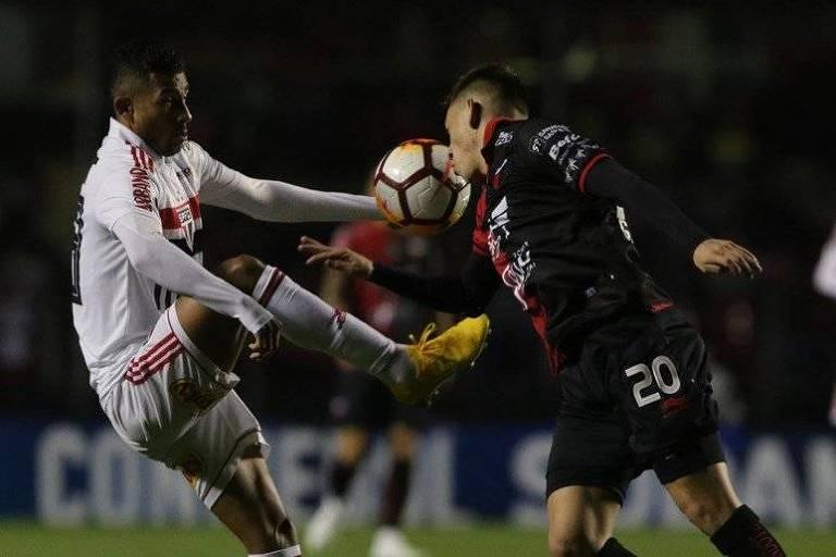 Diego Souza em disputa de bola na partida contra o Colón, pela Sul-Americana