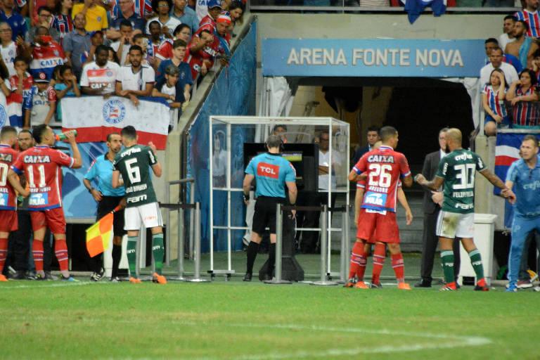 O árbitro Anderson Daronco assiste ao lance da penalidade contra o Bahia na Fonte Nova