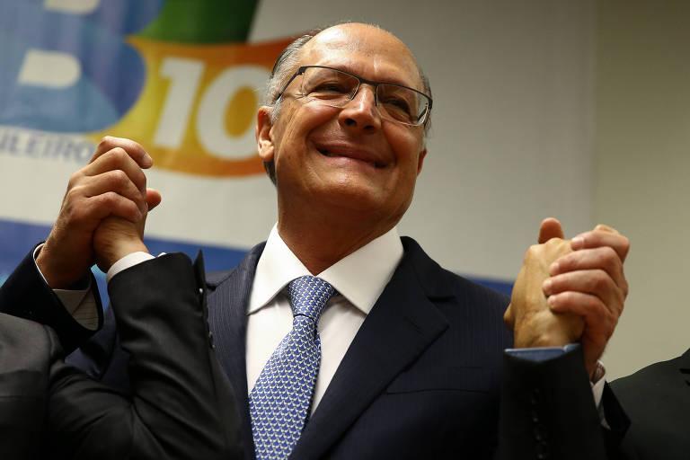 Geraldo Alckmin de mãos dadas com outros políticos