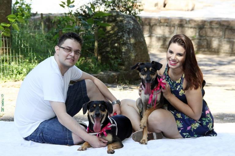 Casal troca presente por ração para cães em SP