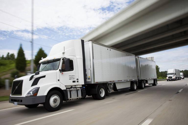 Caminhões da Volvo na estrada