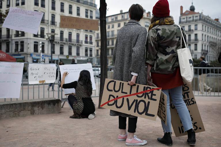 Mulheres seguram cartazes durante protesto contra o assédio sexual em Lyon, na França