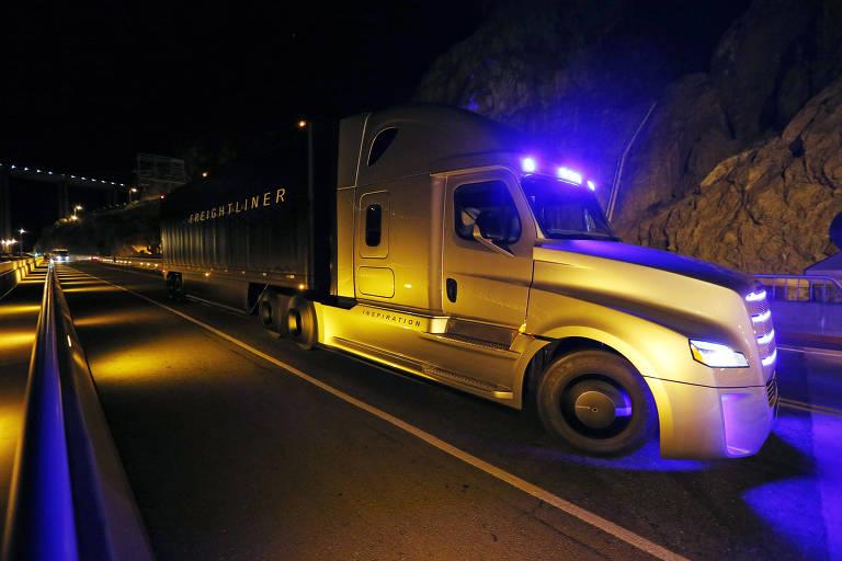 Caminhão percorre estrada americana em Nevada