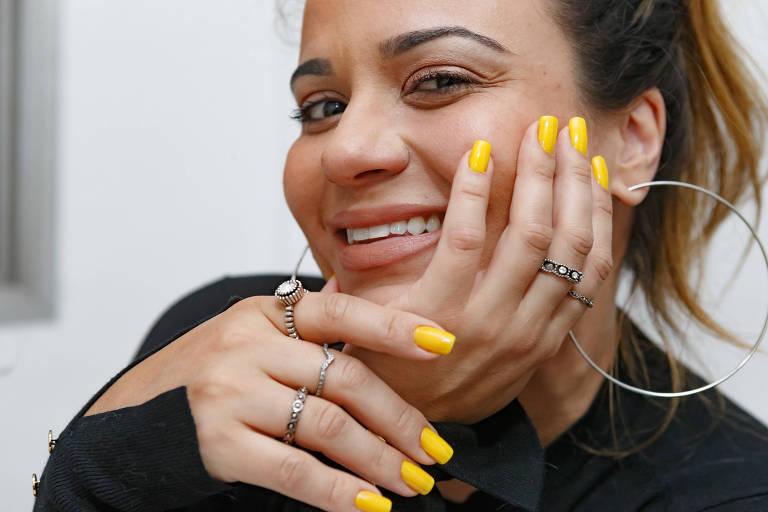 Lê Takamura, influenciadora digital, descobriu a alegria do esmalte amarelo