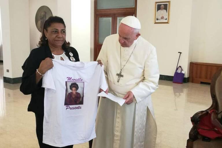 Mãe de Marielle Franco entrega camiseta com imagem da filha ao papa