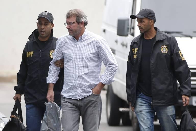 Eduardo Plass é conduzido por policiais