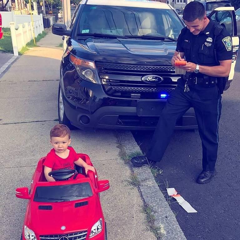 Grayson dirigia um Mercedes vermelho conversível quando foi parado por um policial
