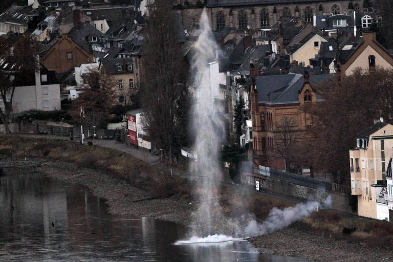 Explosão de bombas da Segunda Guerra, como aqui no leito do rio Reno em Koblenz, não é incomum na Alemanha