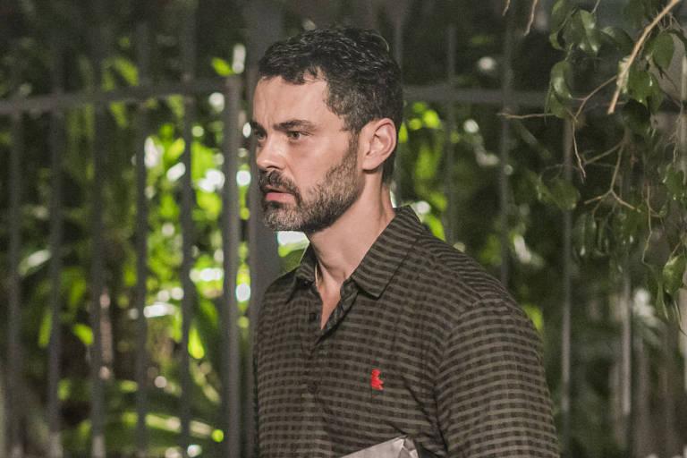 Rafael (Carmo Dalla Vecchia) sairá dirigindo depois de uma discussão com Gabriela (Camila Morgado)