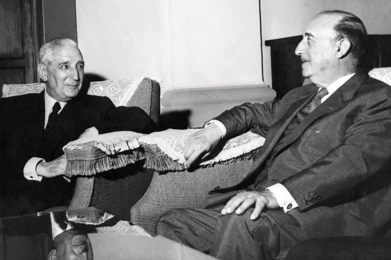 O ditador português António Salazar (à esq.) encontra o líder espanhol Francisco Franco, em Madri, em 1960