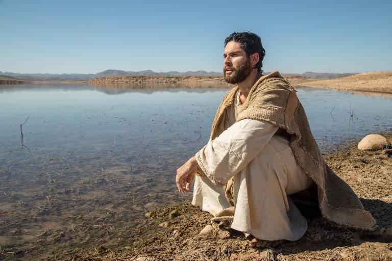 Jesus caminha no deserto.