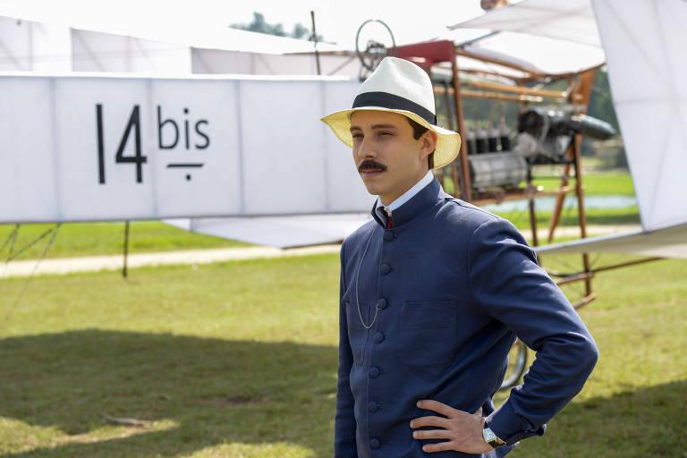 """Imagem do set de filmagem da série """"Santos Dumont, Mais Leve que o Ar"""", da HBO, estrelada por João Pedro Zappa"""