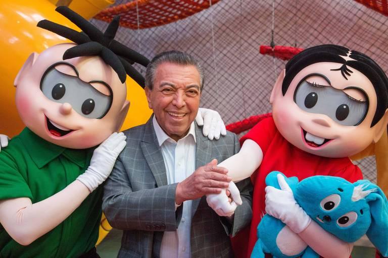 Mauricio de Sousa com os personagens Cebolinha e Mônica