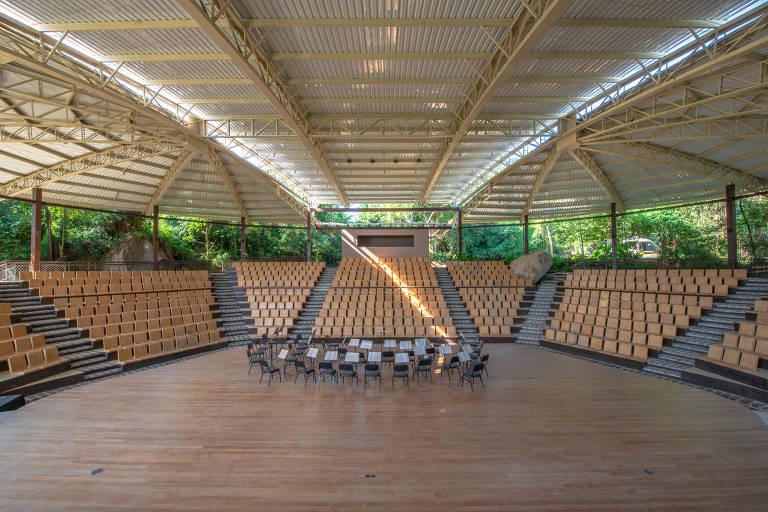 O anfiteatro onde acontece parte da programação do festival Vermelhos, em Ilhabela