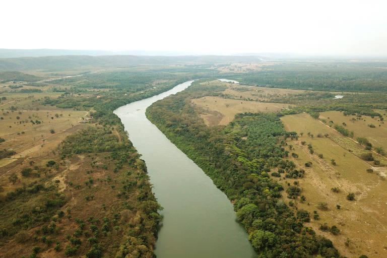 Rio passa em meio a área com vegetação desmatada