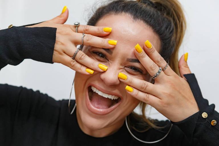 Tons de esmalte amarelo nas unhas