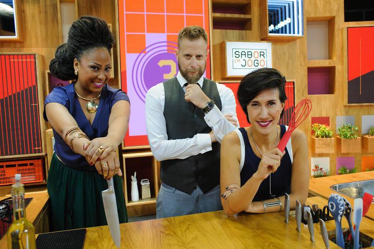 """""""Sabor em Jogo"""" (19h), atração comandada pelo chef André Mifano, em que três cozinheiros se enfrentam a cada episódio"""