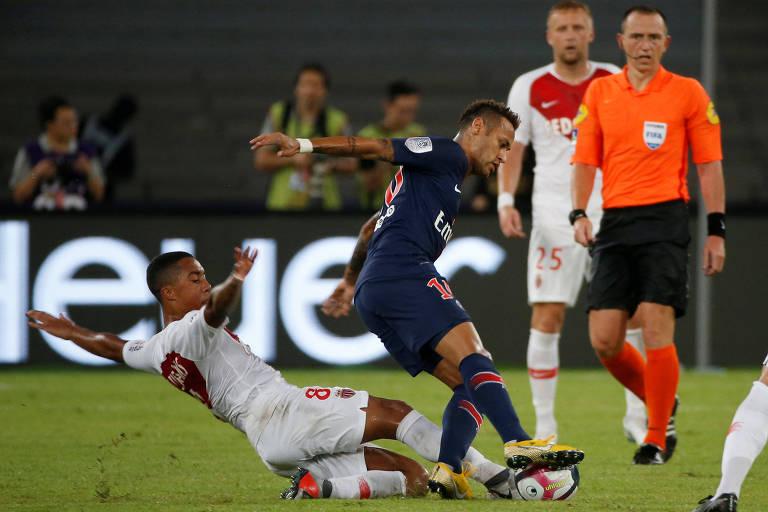 Atacante brasileiro Neymar, do PSG, tenta escapar da marcação de Tielemans, do Monaco, durante a disputa da Supercopa da França, em Shenzhen (CHN )