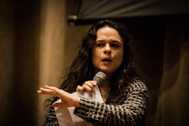 De pé, a advogada Janaina Paschoal discursa em evento em São Paulo