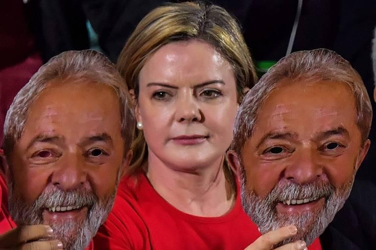 Gleisi Hoffmann segura uma máscara do ex-presidente Lula durante convenção do PT