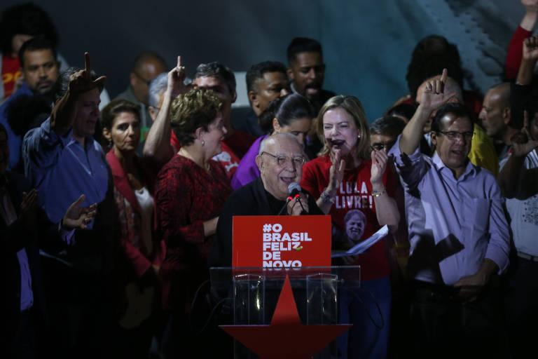 Sergio Mambert lê carta de Lula durante o Encontro nacional do PT, na Casa de Portugal, em SP
