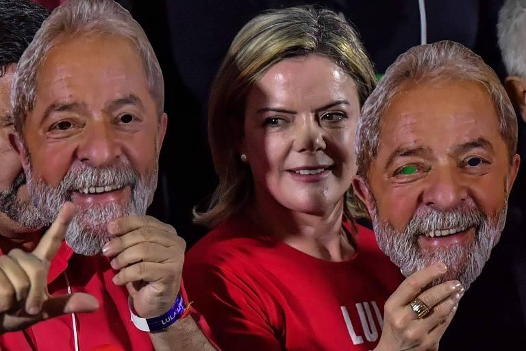 A senadora e presidente do PT, Gleisi Hoffmann, usa máscara de Lula na convenção que oficializou a candidatura do ex-presidente