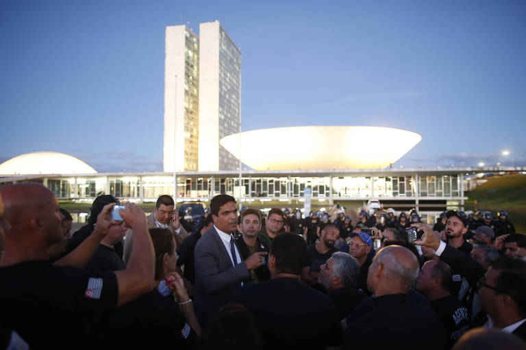 De pé, o deputado federal Cabo Daciolo fala com agentes penitenciários em manifestação em Brasília