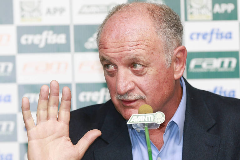 O técnico Scolari gesticula com a mão direita em sua primeira entrevista como treinador do Palmeiras