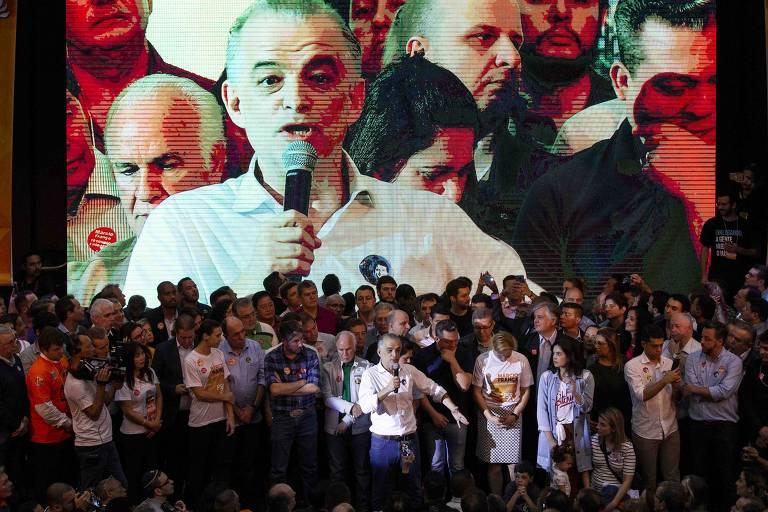 Telão mostra o governador de SP, Márcio França, na convenção do PSB que o oficializou candidato à reeleição. Ele fala ao microfone