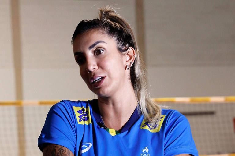 Thaisa em entrevista após treino da seleção brasileira de vôlei em Saquarema (RJ)