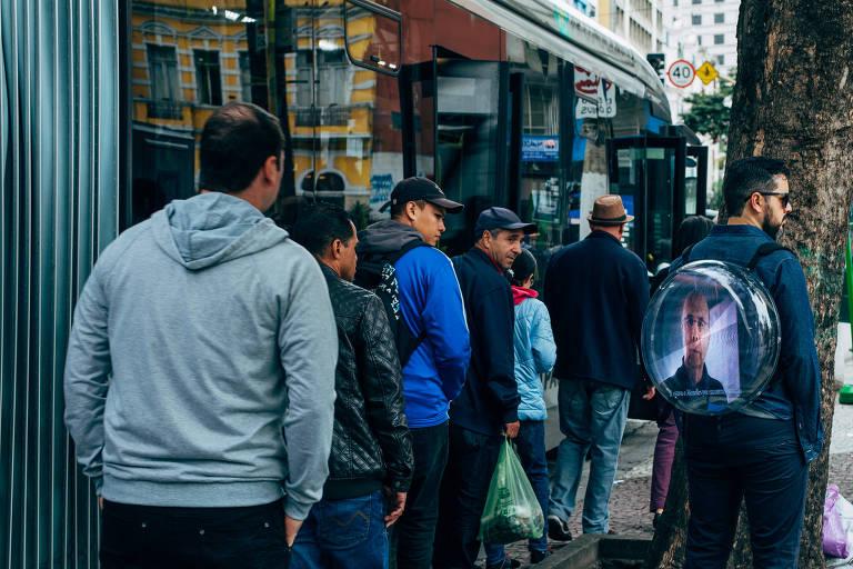 Homem-placa traz holografia para campanha eleitoral