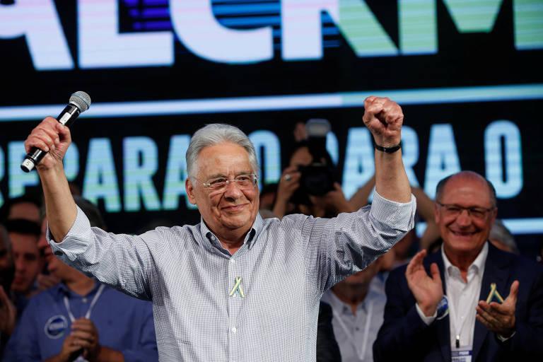FHC com Alckmin, ao fundo, durante convenção do PSDB em Brasília